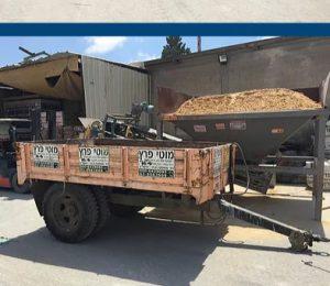 עגלת טרקטור המשמשת לאספקת חומרי בניין ולפינוי פסולת בניין
